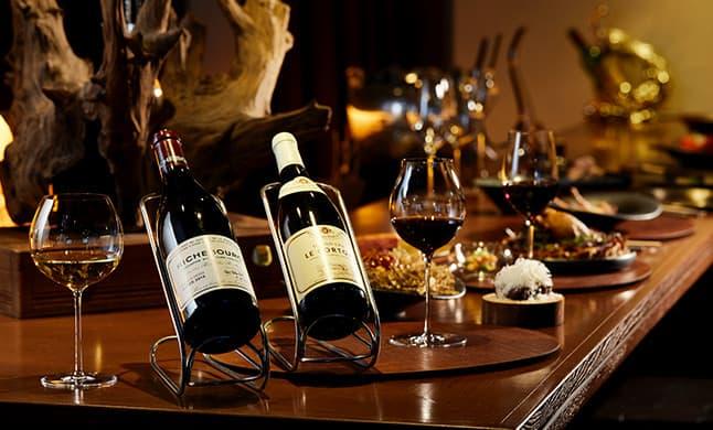 カウンターに並ぶVINSEMBLE(ヴァンサンブル)のワインとお料理